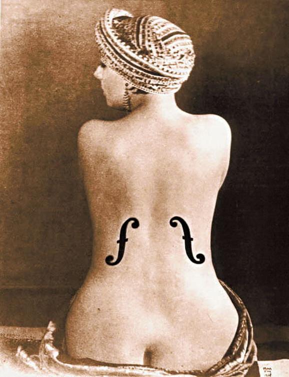 Kikina leđa na kojima su nacrtani prorezi violončela – čuvena fotografija Mana Reja iz 1924. godine