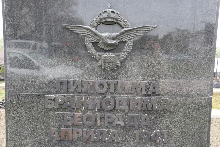 nova slova na spomeniku pilotima