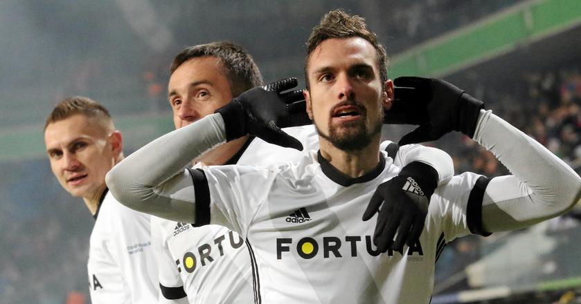 """Emirates Airline jest sponsorem m.in. Realu Madryt. Qatar Airways sponsoruje Bayern Monachium. Rozmowy z """"silną linią lotniczą"""" prowadzi też Legia Warszawa. Klub jednak nie ujawnia szczegółów negocjacji."""