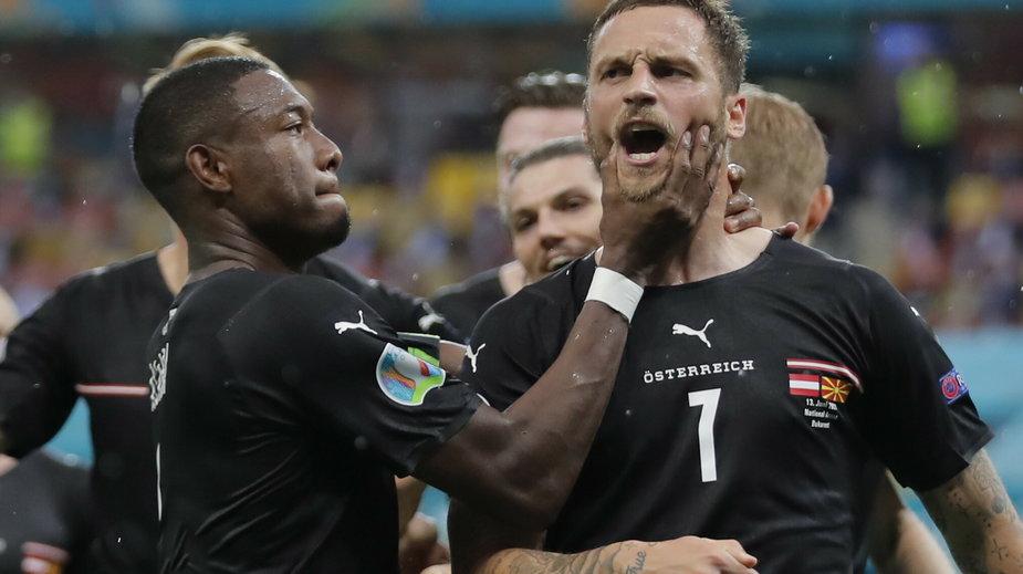 Marko Arnautović coś krzyczy, a David Alaba próbuje mu zamknąć usta