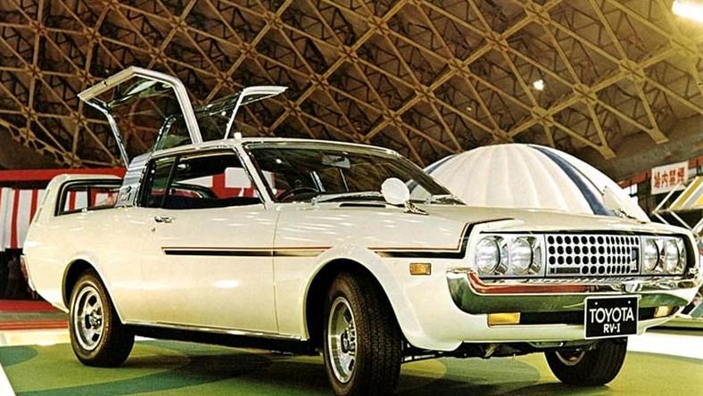 """Jednym z nich był model celica liftback z 1973 r., który nazywano """"japońskim mustangiem"""". Jego premierę poprzedziła prezentacja konceptu SV-1 na targach Tokyo Motor Show w 1971 roku. Towarzyszył jej pokaz modelu kombi o nazwie RV-1."""