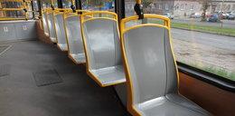 Plastikowe siedzenia w tramwajach