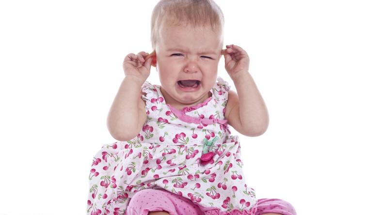 Dziecko płacze z powodu bólu ucha