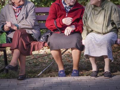 NBP: Seniorzy szturmują banki. W tej grupie najszybciej przyrasta rachunków