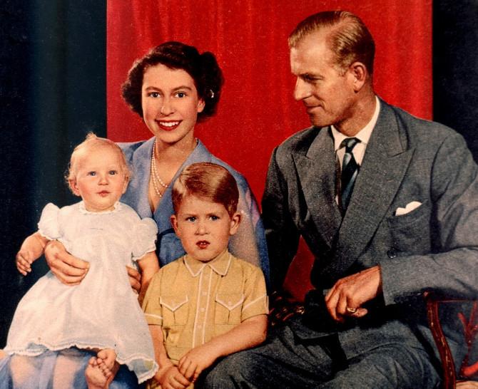 Kraljevski par sa decom