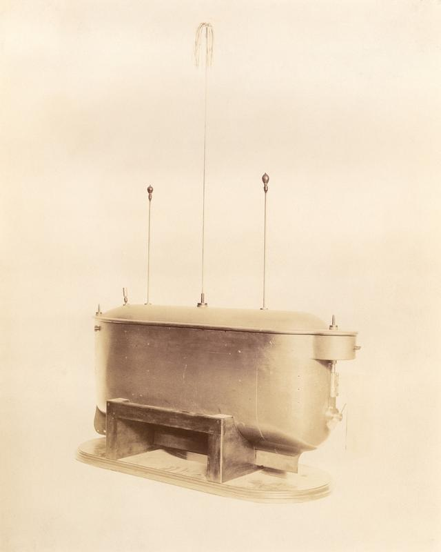 Pierwszy teleautomaton autorstwa Tesli z 1898 roku. Sterowano nim za pomocą skomplikowanego panelu, kilkukrotnie podając kod zabezpieczający na kilku częstotliwościach radiowych