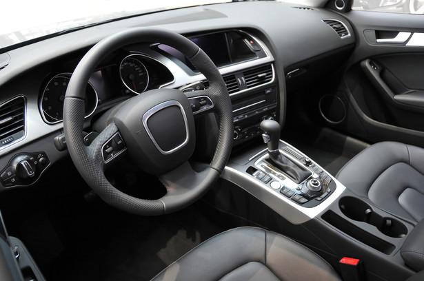 Wielu ekspertów uważa, że podatnik w ogóle nie ma możliwości potrącenia VAT zapłaconego w cenie auta, które po pewnym czasie zostało wprowadzone do majątku firmy.