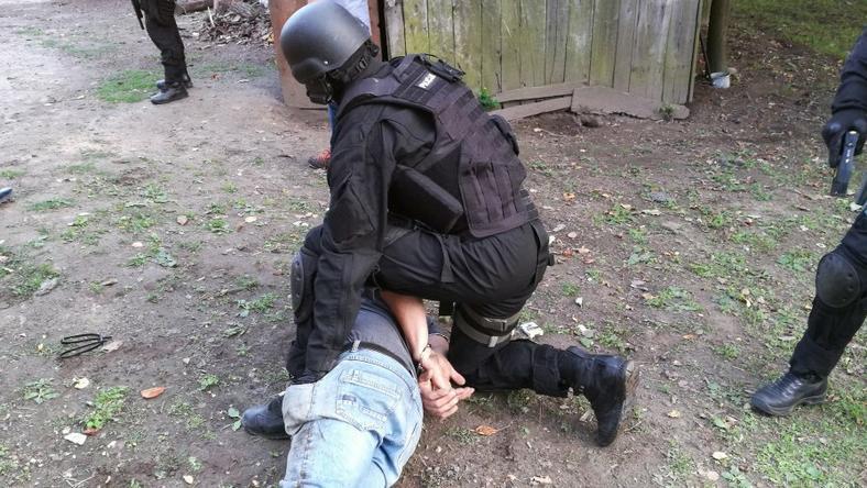 Policyjni antyterroryści zatrzymują jednego z podejrzanych