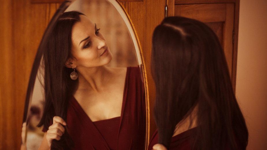 Kobieta przed lustrem (ilustracyjne)