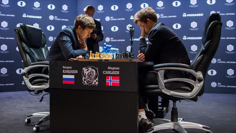 Sergiej Karjakin (L) i Magnus Carlsen