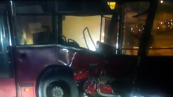 Poginule dve osobe kada se džip zakucao u autobus