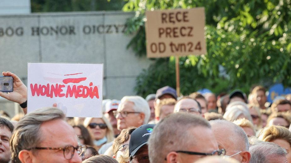 Demonstracja pod Sejmem w obronie telewizji TVN