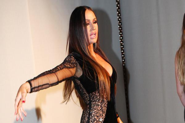 Pevačica se pojavila u SKROZ PROVIDNOJ HALJINI u restoranu, a kad se okrenula videlo se više nego što je htela! (VIDEO)