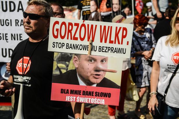 """Manifestacja tzw. frankowiczów - osób poszkodowanych przez banki, zorganizowana przez ruch społeczny - """"Stop Bankowemu Bezprawiu"""""""
