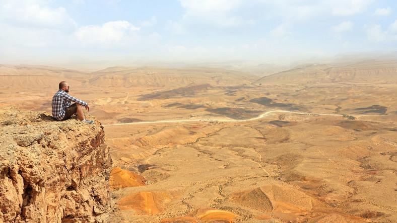 Negew jest kamienista, porośnięta niską roślinnością i zajmuje praktycznie połowę Izraela. Na niej powstał Ramon, największy krater ciągnący się 40 km. Większość terenu wraz z górami Negew tworzą Rezerwat Przyrody Ramon. W starożytności stacjonowali tu Rzymianie, ale po tamtych czasach nie zostało nic poza nazwą. Na północy krateru znajduje się aktywny wulkan. Warto zobaczyć Ein Saharonim, gdzie stoją jeszcze ruiny nabatejskiej gospody dla podróżników i karawan. W izraelskich piaskach kryją się skarby minionych wieków: co rusz ktoś odkrywa nieznane dotąd maski, ceramikę, albo... twierdze z czasów biblijnych - Masada, siedziba Heroda została odkryta ponownie dopiero w 1838 roku. To miejsce jest symbolem bohaterstwa narodu żydowskiego. W czasie powstania przeciwko Rzymianom wbrew religii obrońcy woleli popełnić zbiorowe samobójstwo niż poddać się lub dać pokonać. Z twierdzy na wzgórzu już parę kroków nad wybrzeże Morza Martwego. Na Zachodnim Brzegu w okolicy Qumran odkryto zwoje z Pismem Świętym odnaleziono w połowie XX wieku.
