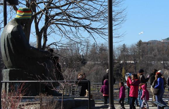 Turisti se rado fotografišu pred spomenikom geniju iz Smiljana