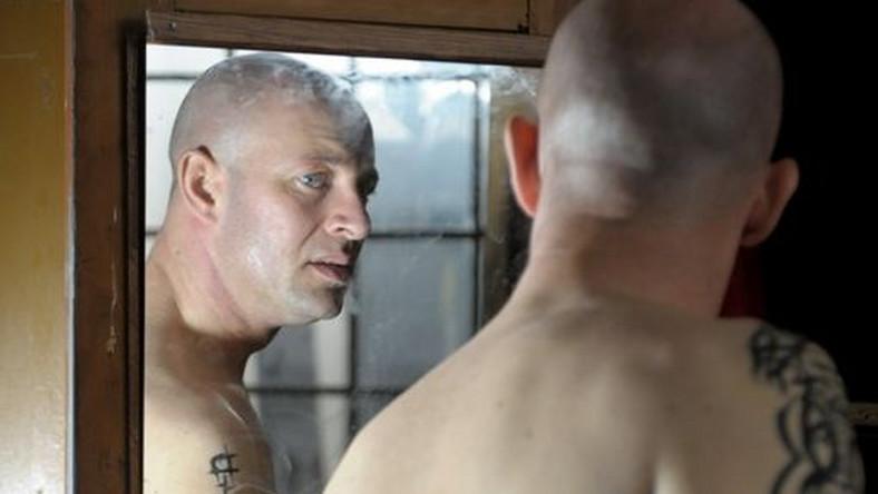Przemek (Szymon Bobrowski) już jako młody chłopak marzy o tytule mistrza świata w kickboxingu. Trenować zaczyna jednak w dość późnym wieku, dlatego niewielu daje mu szansę na karierę sportową. Mimo to, jest skłonny do każdych poświęceń, żeby osiągnąć cel.