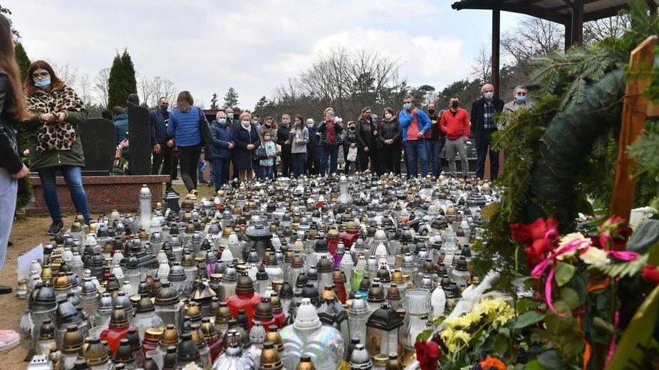 Grób Krzysztofa Krawczyka jest tłumnie odwiedzany przez jego fanów
