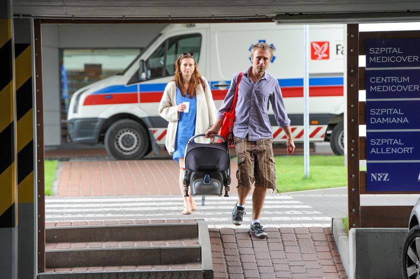 Anita Sokołowska z meżem wychodzi ze szpitala