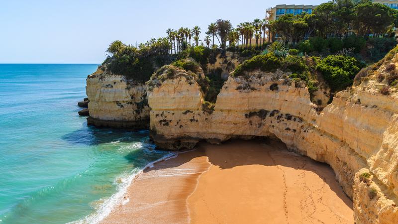 Klif nad plaża w Portugalii