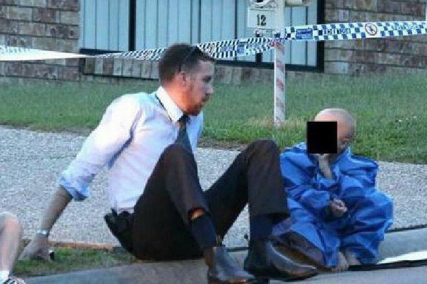 Na zdjęciu 5-latek w towarzystwie pocieszającego go policjanta