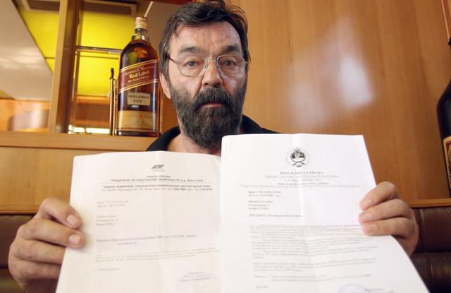 Rajko Šobot sa dopisima koje je slao i dobijao