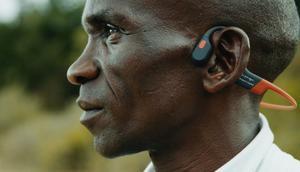 Eliud Kipchoge wearing his favourite brand of earphones