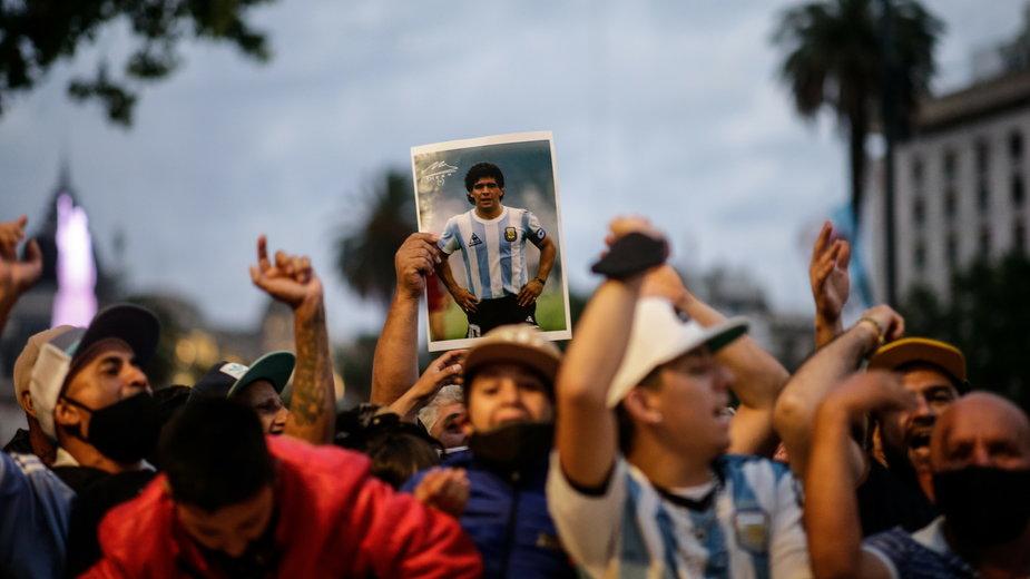 Tłumy przed pałacem prezydenckim w Buenos Aires