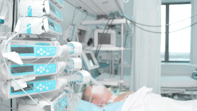 Pacjent podpięty pod aparaturę szpitalną