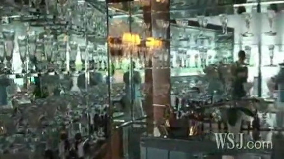 Vitrina puna kristala i ogledala