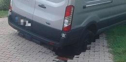 Pod policyjnym samochodem zapadła się droga