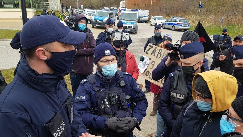 Premier Morawiecki w Gdańsku. Będą wnioski do sądu wobec protestujących