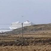 DRAMA SE NASTAVLJA Stotine putnika i dalje zarobljeno na kruzeru, brod koji je krenuo u pomoć takođe se ZAGLAVIO U OLUJI (FOTO, VIDEO)