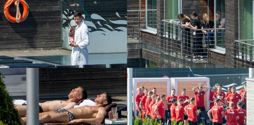 Polscy piłkarze przed meczem. Lewy śledził, skąd paparazzi zrobili mu zdjęcia, reszta plażowała. DUŻO ZDJĘĆ