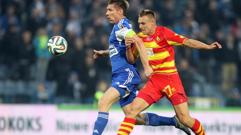 W pojedynku o piłkę Piotr Stawarczyk (L) z miejscowego Ruchu i Mateusz Piątkowski (P) z Jagiellonii Białystok w meczu T-Mobile Ekstraklasy