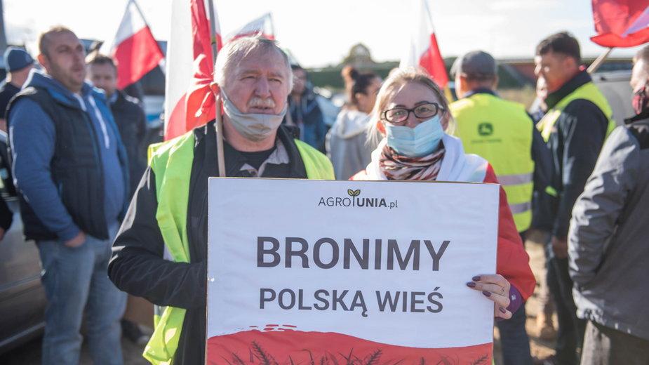 """Sprzeciw wobec """"piątki Kaczyńskiego"""". Protesty rolników i blokady dróg w całej Polsce"""