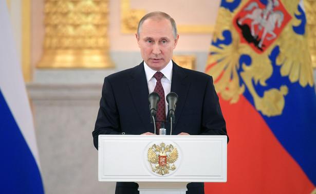 66-letni Putin rozpocznie drugą pod rząd kadencję prezydencką po zaprzysiężeniu 8 maja. Wcześniej zasiadał na Kremlu w latach 2000-2008, po czym rządził jako premier. Ostatnie wybory głowy państwa, które odbyły się 18 marca wygrał z rekordowym poparciem ponad 76 proc., według oficjalnych wyników.