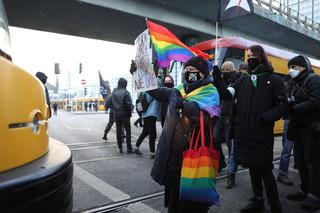 W Warszawie policjanci zamknęli protestujących w kordonie i przystępują do legitymowania