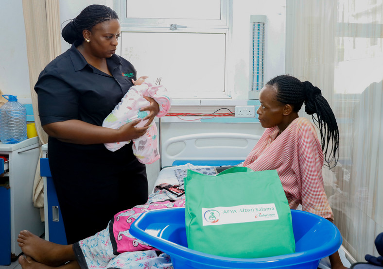 Sanda Ojiambo, Safaricom PLC HOD Corporate Responsibility chats with anew mother at the Coast General Hospital HDU during a visit to the hospital.This was after a workshop on sustaining maternal, newborn, child andadolescent health in Mombasa. Safaricom Foundation sponsored the event.