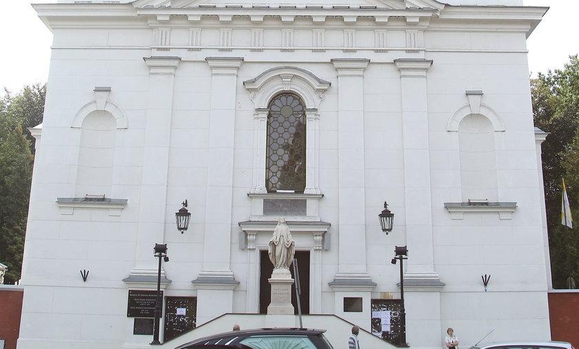 Warszawska parafia mierzy dystans za pomocą... kadzielnicy. Oryginalny baner na świątyni