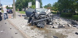 Wbił się w mur, z auta nic nie zostało. Co się stało z kierowcą?