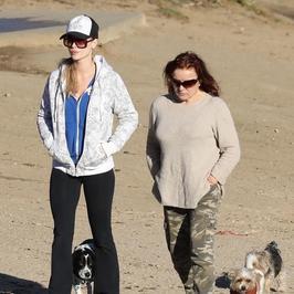 Smutna Joanna Krupa z mamą i psami na spacerze...