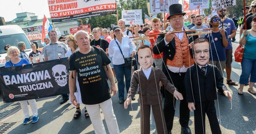 """Protest przed Belwederem w dniu 10.09.2016 r, Organizatorzy demonstracji pod haslem """"Zero Haraczu"""" sprzeciwiali sie polityce kredytowej banków i domagali się uregulowań prawnych."""