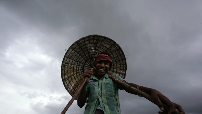 Uśmiechnięty chłopiec na przedmieściach miasta Bhubaneswar