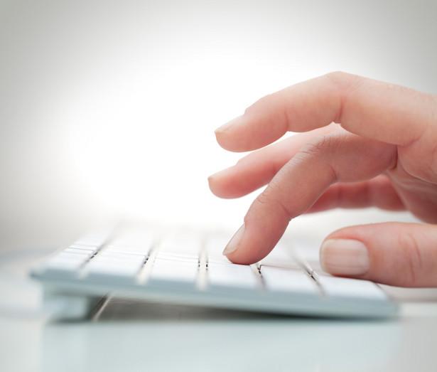 Młodzież często szuka pracy za pośrednictwem internetu, a nie urzędu pracy.