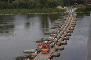 Warszawa: Próbny przesył ścieków rurami po moście pontonowym może potrwać do 72 godzin