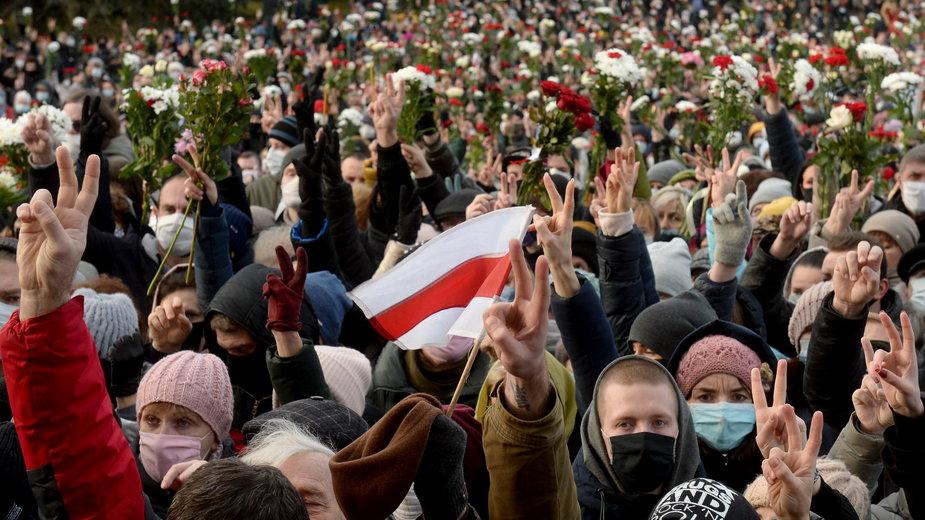 Zgromadzeni na uroczystości żałobnej po Romanie Bondarence