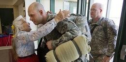 Przytulała żołnierzy. Teraz jej się odwdzięczają
