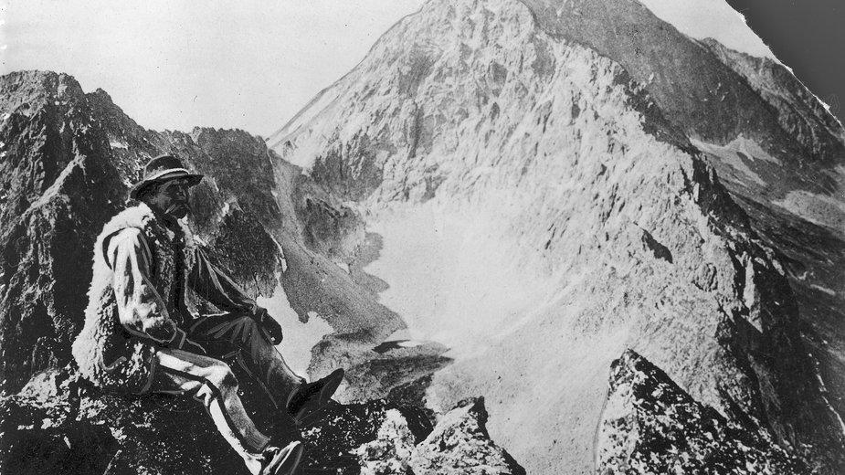 Klemens Bachleda, ratownik Tatrzańskiego Ochotniczego Pogotowia Ratunkowego. Fotografia M. Karłowicza z 1906 r. przedstawiająca widok z Pośredniej Grani na Lodowy.