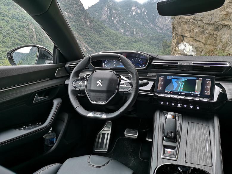 Peugeot 508 - piękne wnętrze. Z przodu jest dość szeroko i nawet rosły pasażer nie przeszkadza